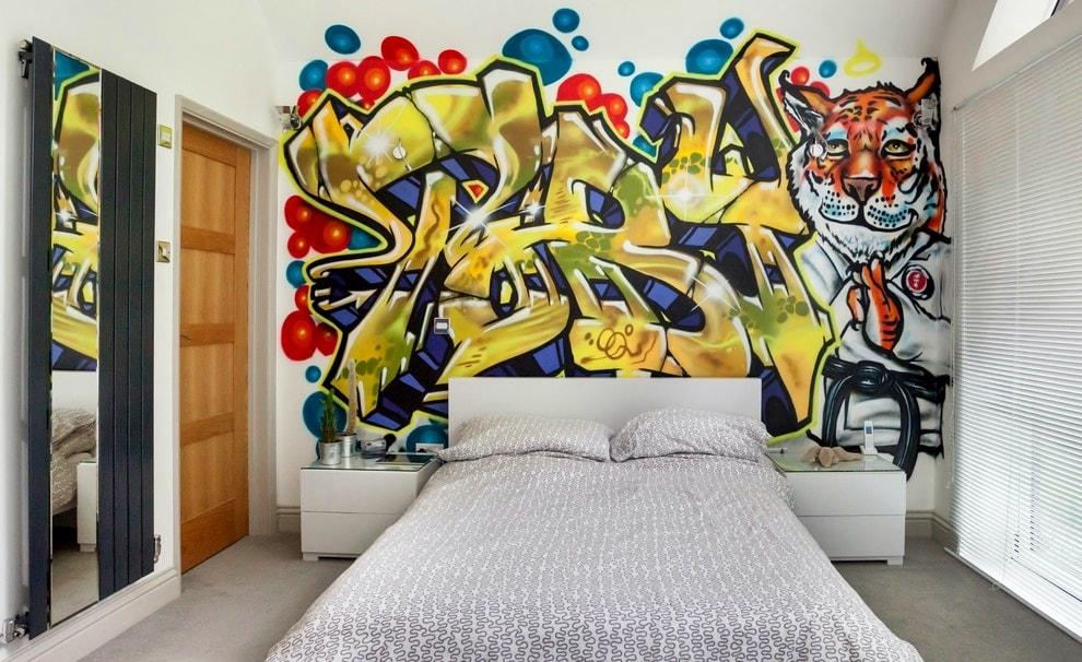 Рисунки на стене в комнате
