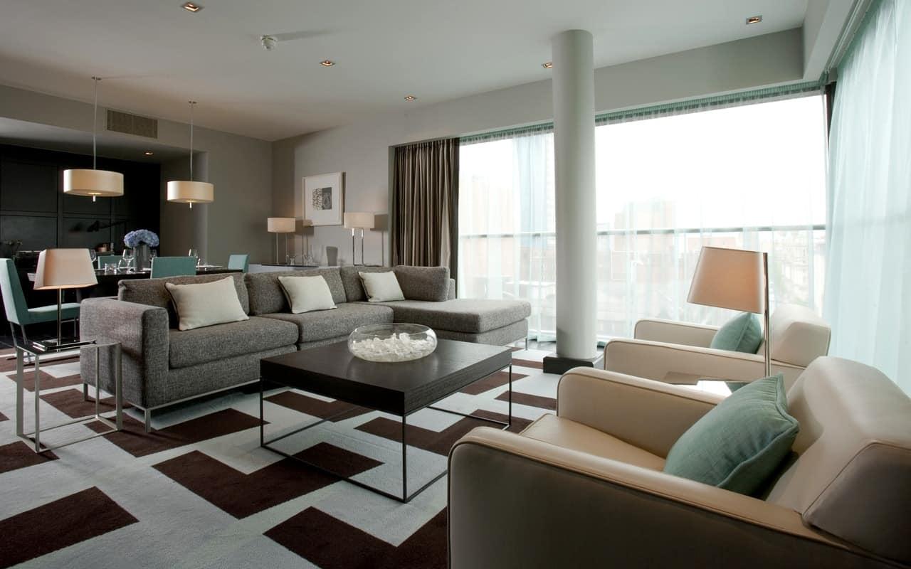 Просторная гостиная в стиле контемпорари