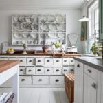 Кухня в стиле Шебби шик - деревянный потолок