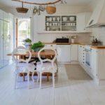 Кухня в стиле Шебби шик - отделка стен панелями