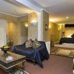 Египетский стиль в интерьере гостиной комнаты