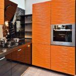 Рельефные фасады в интерьере кухни