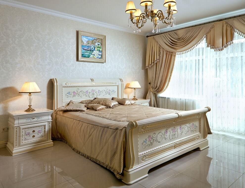 Кровать со стационарным изголовьем, украшенным художественной резьбой, позолотой и росписью