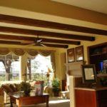Деревянные фальшбалки в интерьере гостиной комнаты фото