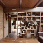 Деревянный стеллаж-перегородка в интерьере