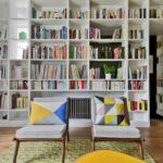 Большой книжный стеллаж в квартире