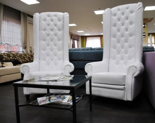 Необычные кресла декорированные каретной стяжкой