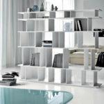 Открытый стеллаж в интерьере квартиры