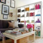 Открытый стеллаж в интерьере комнаты