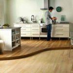 Визуальное разделение кухни и столовой с помощью подиума