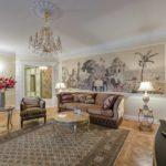 Гостиная в колониальном стиле в интерьере квартиры