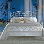 Кровать с красивым кованным изголовьем фото