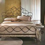 Креативная кованноая кровать с необычным изголовьем