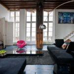 Стильное оформление просторной гостиной