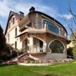 Красивый загородный дом в стиле модерн