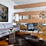 Оригинальный дизайн стены с применением зеркал в гостиной