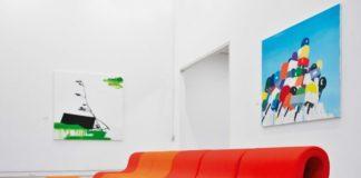 Стильная пластиковая мебель в интерьере