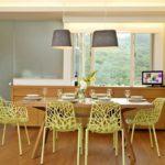 Креативные стулья в интерьере столовой