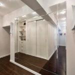 Зеркальная стена в интерьере прихожей - фото