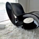 Футуристичное кресло из акрила