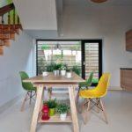 Цветные пластиковые стулья в интерьере столовой