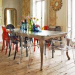 Цветные пластиковые стулья в интерьере столовой - фото