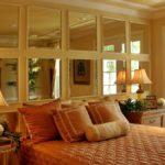 Оформление стен зеркальными вставками в спальне