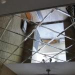 Стильный дизайн потолка с помощью зеркальных панелей