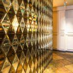 Стильное оформление стены с помощью зеркальной плитки с фацетом