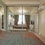 Зеркальные фасады в интерьере спальни - фото