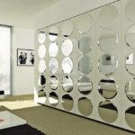 Стильное оформление стен зеркалами