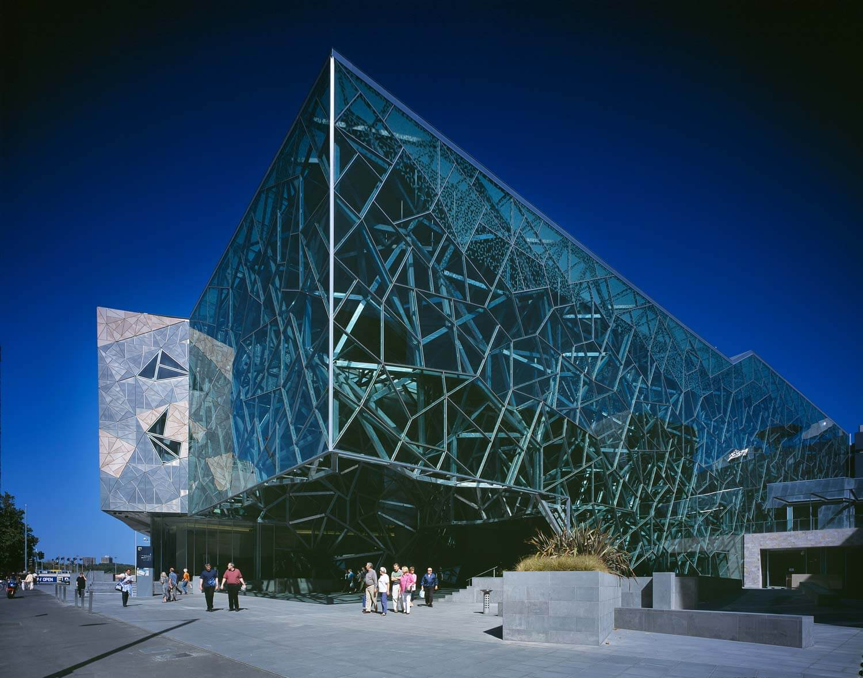 Здание атриума в стиле деконструктивизм