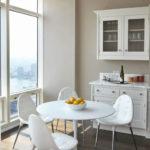 Пластиковые стулья и стол в интерьере кухни