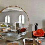 Большое круглое зеркало в интерьере