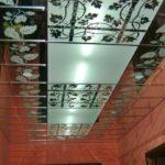 Отделка потолка зеркалами
