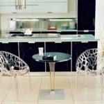 Пластиковые стулья и стол в интерьере кухни - фото