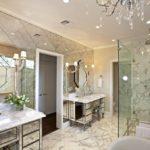 Зеркальная стена в интерьере ванной комнаты