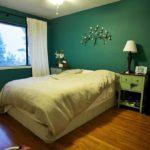 Интерьер спальной комнаты в зеленом цвете