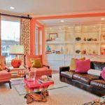 Коралловый цвет в интерьере гостиной - фото