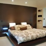 Коричневый интерьер спальной комнаты - фото