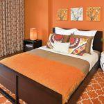 Оранжевый цвет в интерьере спальни - фото
