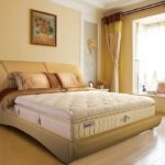 Соломенный цвет в интерьере спальной комнаты