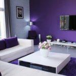 Фиолетовый цвет в интерьере гостиной комнаты