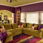 Фиолетовый цвет в интерьере гостиной комнаты - фото
