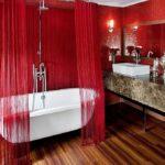 Красный в интерьере ванной комнаты