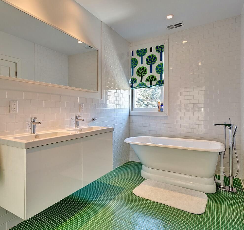 Зеленый пол в ванной комнате