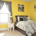 Желтый цвет в интерьере спальной - фото