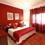 Красный в интерьере спальной комнаты - фото