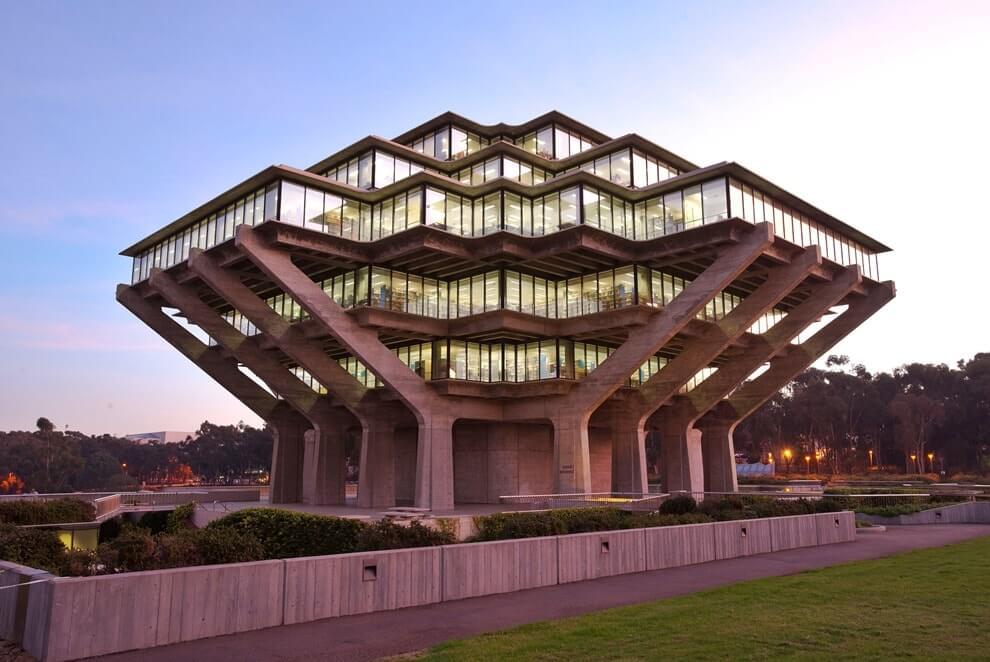 Здание в стиле постмодернизма