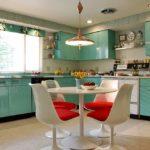 Сочетание салатового и красного в интерьере кухни